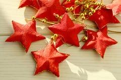 Festão cinco-aguçado vermelha das estrelas Imagens de Stock Royalty Free
