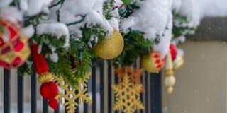 Festão coberto de neve festiva em trilhos do patamar imagem de stock