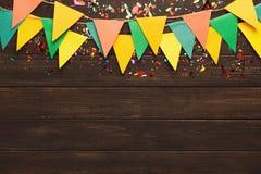 Festão colorida das bandeiras no fundo de madeira Foto de Stock