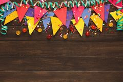 Festão colorida das bandeiras no fundo de madeira Fotografia de Stock Royalty Free