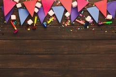 Festão colorida das bandeiras no fundo de madeira Imagem de Stock