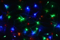 Festão colorida das luzes na obscuridade Iluminação festiva do efeito de Bokeh fotos de stock royalty free
