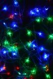 Festão colorida das luzes na obscuridade Iluminação festiva do efeito de Bokeh imagem de stock