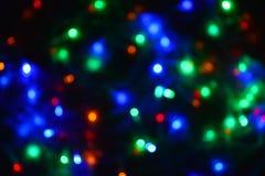 Festão colorida das luzes na obscuridade Iluminação festiva do efeito de Bokeh foto de stock