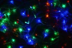 Festão colorida das luzes na obscuridade Iluminação festiva do efeito de Bokeh imagens de stock