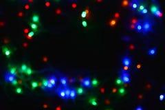 Festão colorida das luzes na obscuridade Iluminação festiva do efeito de Bokeh imagem de stock royalty free
