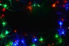 Festão colorida das luzes na obscuridade Iluminação festiva do efeito de Bokeh fotografia de stock