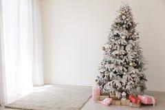 A festão da árvore de Natal ilumina a decoração branca da casa dos presentes de época natalícia do ano novo foto de stock royalty free