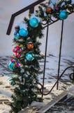 festão da Natal-árvore de bolas e de ramos coloridos Fotos de Stock