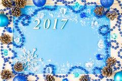 A festão de incandescência do Natal perla e brinca em um fundo azul Vista superior com espaço da cópia Imagens de Stock Royalty Free