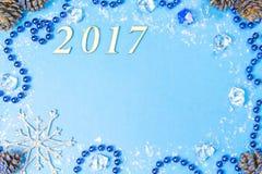 A festão de incandescência do Natal perla e brinca em um fundo azul Vista superior com espaço da cópia Fotografia de Stock Royalty Free
