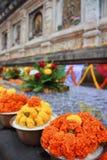 Festão do cravo-de-defunto no templo Bodhgaya India de Mahabodhi Imagens de Stock