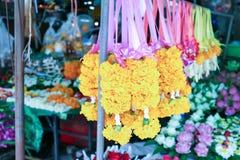 Festão do cravo-de-defunto para a venda no mercado de Huai Khang, Banguecoque, Tailândia foto de stock