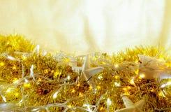 A festão do feriado do Natal ilumina o fundo de incandescência abstrato Foto de Stock Royalty Free