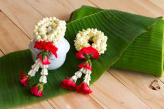 Festão do jasmim das flores no fundo da folha da banana Imagens de Stock
