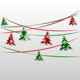 Festão dos abetos verdes e vermelhos decorados com flocos de neve Imagem de Stock Royalty Free