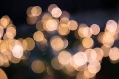Festão dourada borrada Bokeh do borrão da luz da noite da cidade, fundo defocused Sumário do Natal fotos de stock