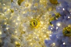Festão dourada da bola e da luz Imagens de Stock Royalty Free