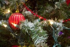 Festão e luzes vermelhas da árvore de Natal da quinquilharia imagem de stock