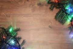 festão elétrica de Novo-ano em um fundo de madeira Bulbos brilhantes o Foto de Stock