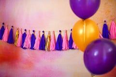 Festão em um fundo pintado com balões multi-coloridos Foto de Stock