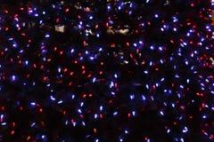 Festão em uma árvore de Natal na obscuridade Imagens de Stock