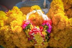 A festão para a venda no santuário de Erawan, fez de flores frescas como o cravo-de-defunto imagens de stock