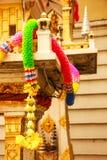 Festão plástica colorida da flor no santuário exterior tailandês tradicional da casa do espírito Fotos de Stock Royalty Free