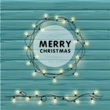 Festão realística do vetor do Natal com ampolas em um fundo de madeira bonito Feliz Natal que cria o cartão Foto de Stock