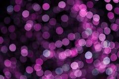 Festão roxa borrada Bokeh do borrão da luz da noite da cidade, fundo defocused Sumário do Natal fotos de stock