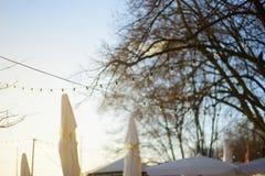 Festões da ampola que decoram um restaurante em uma terraplenagem do rio de Weser em Brema Foto de Stock