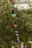 Festões das lâmpadas da cor que penduram perto do restaurante Imagens de Stock