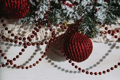 Festões do Natal com as bolas vermelhas da árvore de Natal fotos de stock