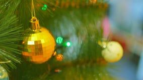 Festões e brinquedos na árvore de Natal no fundo da tevê Ramos de árvore do Natal decorados com brilhante vídeos de arquivo