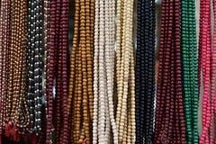 Festões frisadas religiosas coloridas na exposição foto de stock