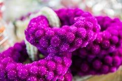 Festões tradicionais de flores roxas foto de stock