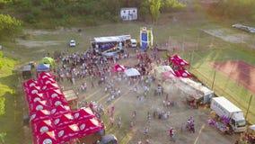 Fest de la diversidad, perspectiva aérea Un festival con música, la diversión y mucha naturaleza almacen de video