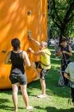 Fest 2015 de rue de Yarych Les enfants concurrencent en s'élevant sur une colline gonflable s'élevant jusqu'au dessus Photographie stock libre de droits
