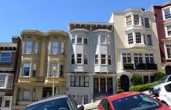 Fest verpackte helle bunte Häuser auf steilen winkligen Straßen in San Francisco California Lizenzfreies Stockfoto
