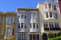 Fest verpackte helle bunte Häuser auf steilen winkligen Straßen in San Francisco California Lizenzfreies Stockbild