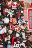 Fest von Weihnachten Schön verziertes Haus mit einem Weihnachtsbaum ipodarkami darunterliegend lizenzfreies stockfoto