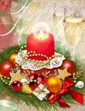Fest von Weihnachten Traditionelles Getränk des neuen Jahres, Champagner, Glas mit Weißwein, Weihnachtsdekorationen, brennende Ke Lizenzfreies Stockfoto