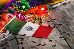 Festa: Bandeira mexicana no foco com luzes de incandescência do partido