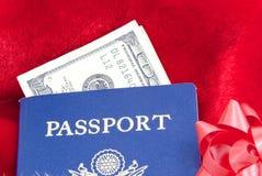 Festa che viaggia con il passaporto Fotografie Stock