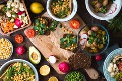 Festa com os vários saladas e sanduíches foto de stock royalty free