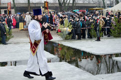 Festa cristã religiosa do esmagamento. O padre, o bispo abençoa a água e os povos Foto de Stock Royalty Free
