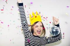 Festa de anos, carnaval do ano novo A mulher de sorriso nova no fundo branco que comemora o evento brightful, veste descascado Fotografia de Stock