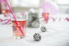 Festa de anos das crianças com as bolas da limonada e do chocolate Imagem de Stock