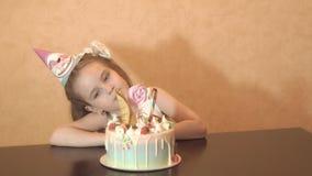 Festa de anos do ` s das crianças Menina que olha o bolo Celebração de família filme