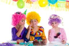 Festa de anos feliz das crianças que come o bolo de chocolate Fotos de Stock Royalty Free